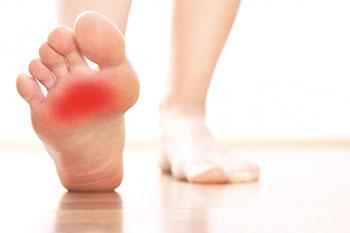 ¿Qué causa el dolor en la parte delantera del pie?